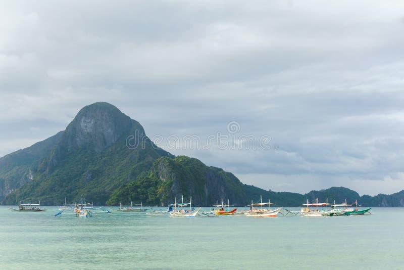 Barco de pesca filipino cl?ssico no fundo da paisagem do mar fotos de stock