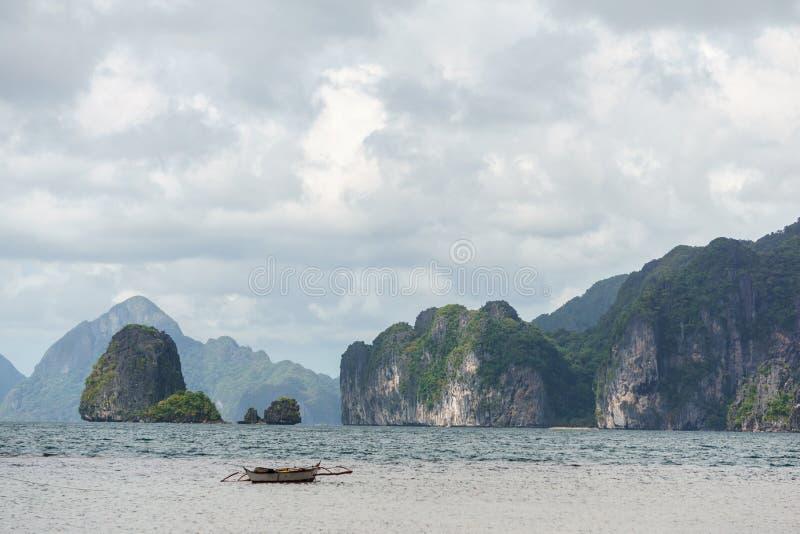 Barco de pesca filipino cl?ssico no fundo da paisagem do mar fotos de stock royalty free