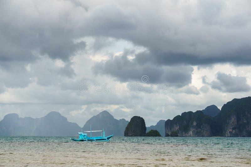 Barco de pesca filipino cl?ssico no fundo da paisagem do mar imagens de stock royalty free