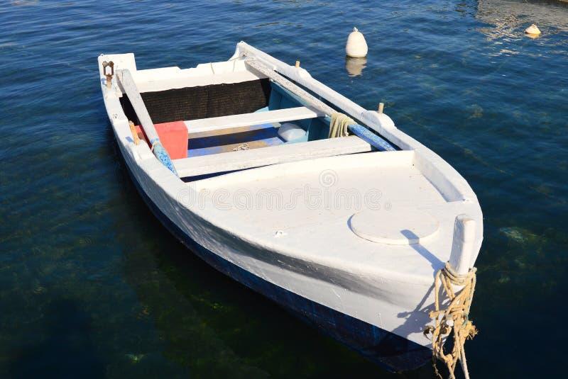 Barco de pesca grego de madeira branco velho no porto, Grécia foto de stock