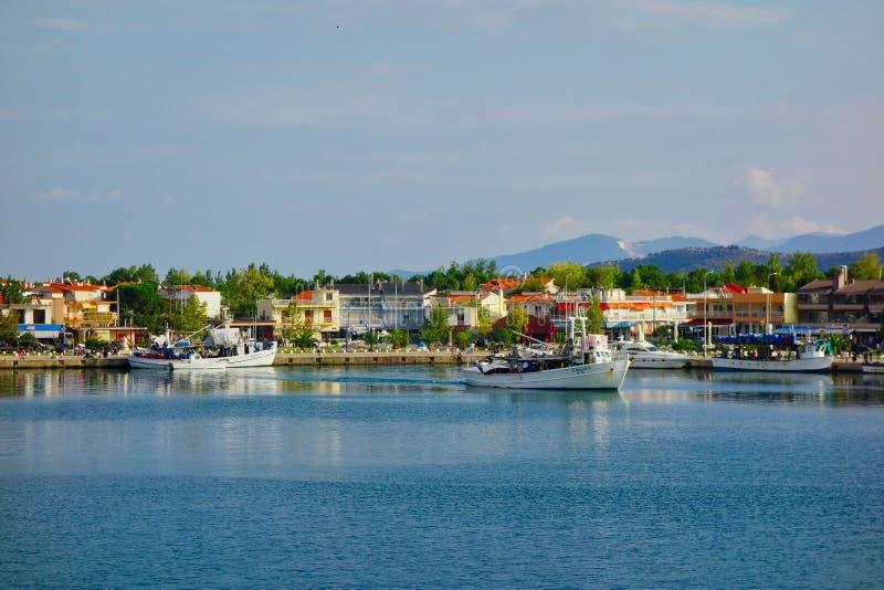 Barco de pesca griego que sale Thassos del puerto griego de la isla foto de archivo