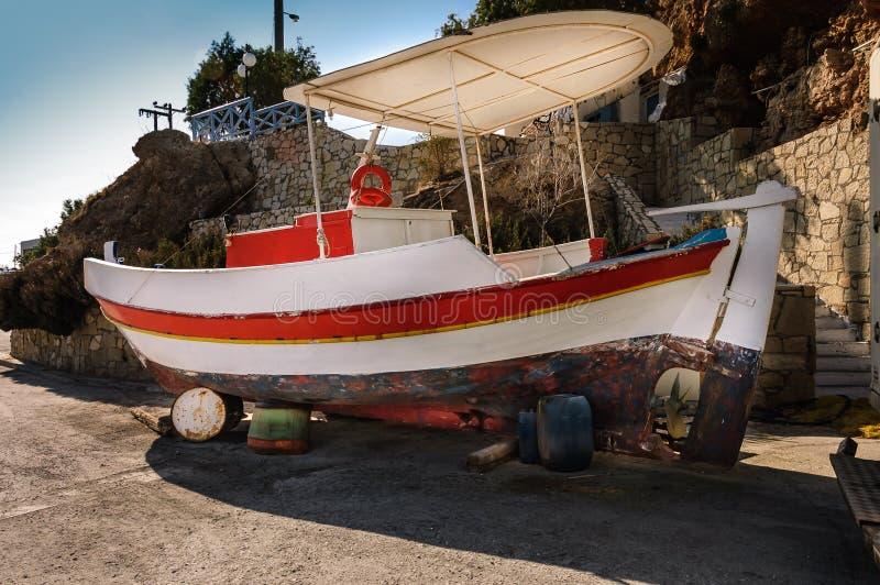 Barco de pesca griego típico imágenes de archivo libres de regalías