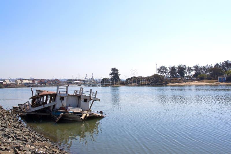Download Barco De Pesca Hundido Abandonado En Bajos Del Puerto De Durban Imagen de archivo - Imagen de lisiado, escombros: 44851915