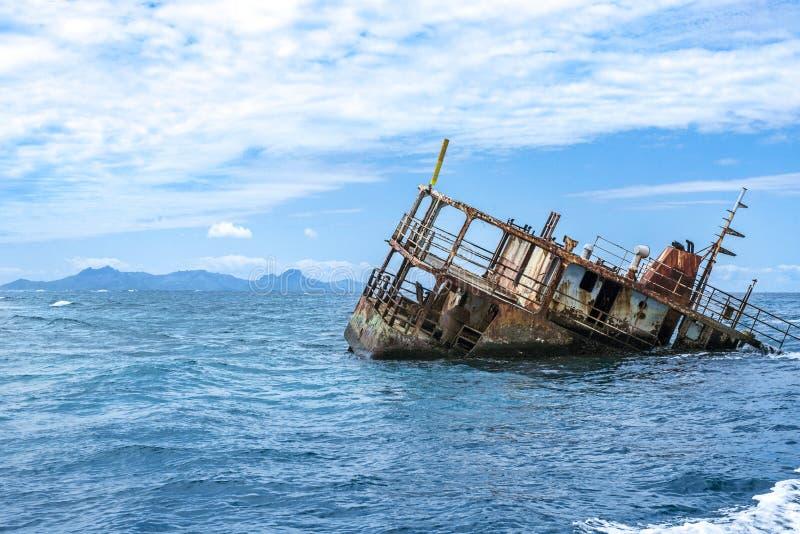 Barco de pesca hundido de la costa del Fijian imagen de archivo libre de regalías