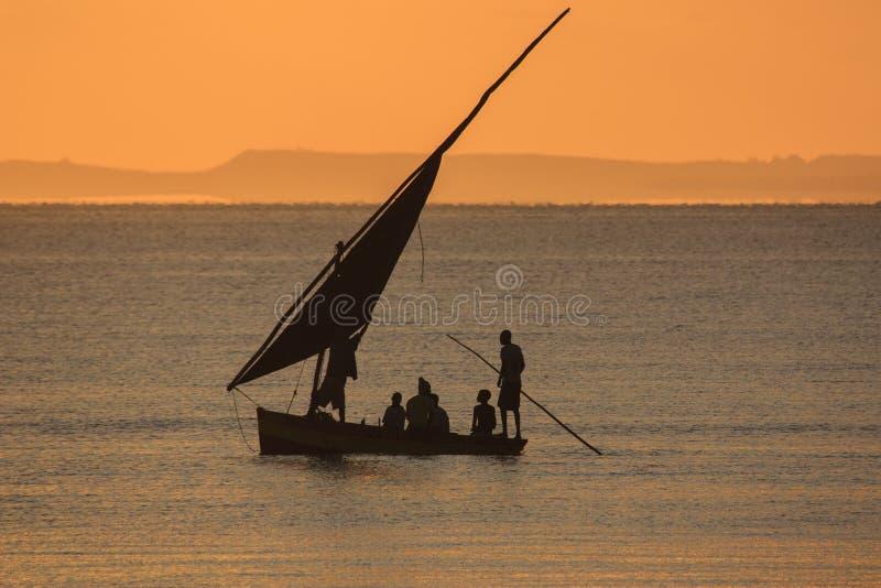 Barco de pesca - Inhassoro - Mozambique foto de archivo