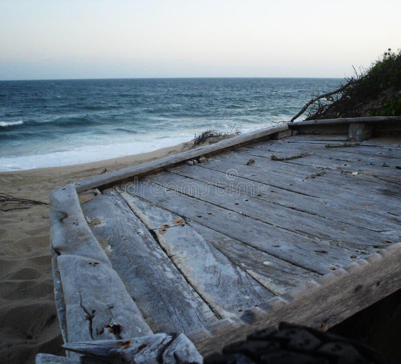 Barco de pesca jubilado en las dunas imagenes de archivo