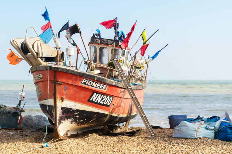 Barco de pesca lanzado playa imágenes de archivo libres de regalías