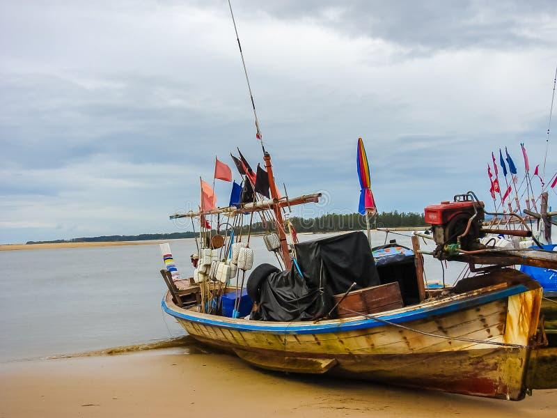 Barco de pesca local parqueado en la playa imagenes de archivo