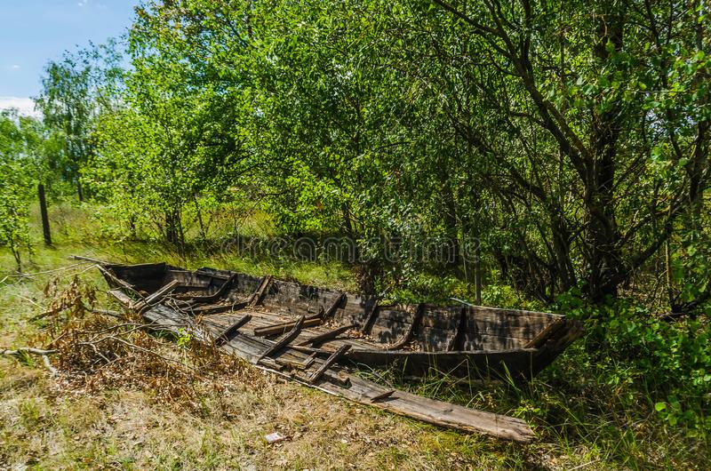 Barco de pesca de madeira abandonado quebrado velho fotos de stock royalty free