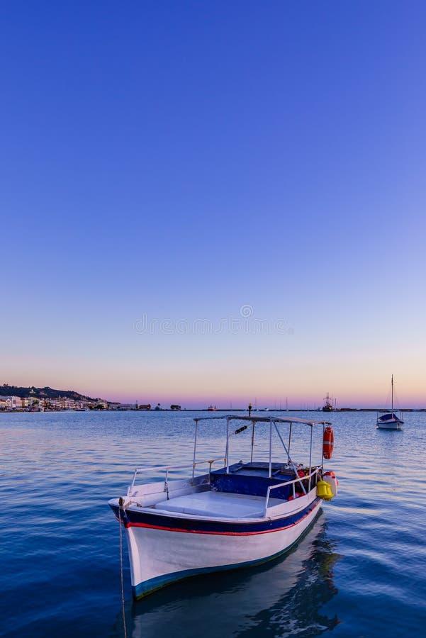 barco de pesca de madeira amarrado no porto da cidade de Zante foto de stock royalty free