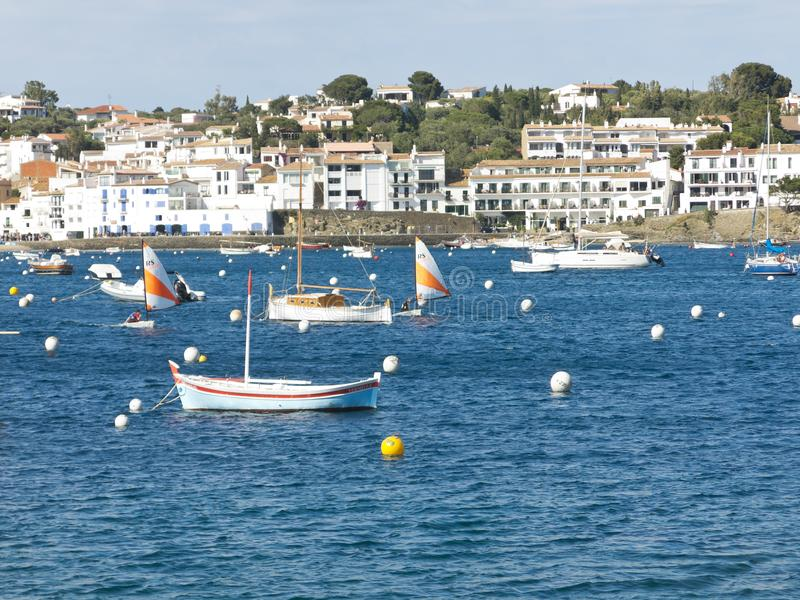 Barco de pesca mediterrâneo A vila dos cadaques, Costa Brava imagens de stock royalty free