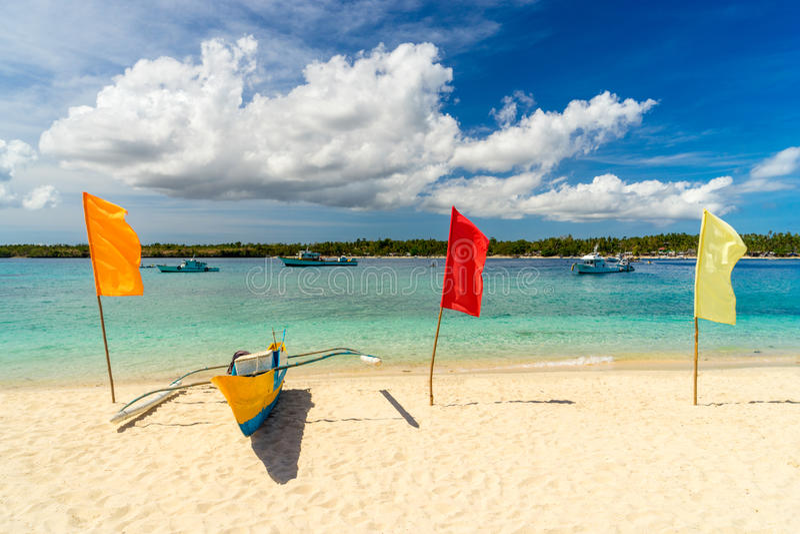 Barco de pesca na areia branca fotografia de stock