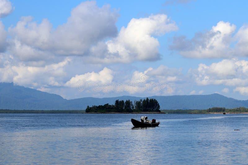 Barco de pesca na baía - Santubong Bornéu Sarawak Malásia Ásia imagem de stock royalty free