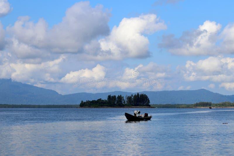 Barco de pesca na baía - Santubong Bornéu Sarawak Malásia Ásia fotos de stock royalty free