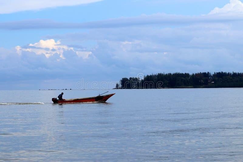 Barco de pesca na baía - Santubong Bornéu Sarawak Malásia Ásia fotografia de stock royalty free
