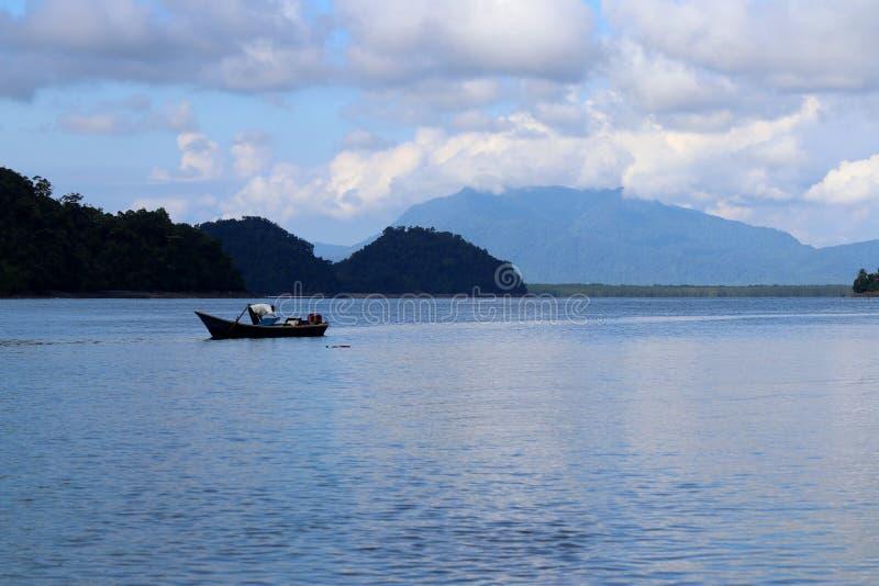 Barco de pesca na baía - Santubong Bornéu Sarawak Malásia Ásia fotos de stock