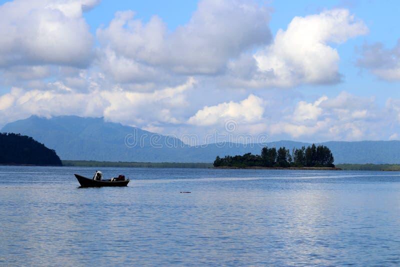 Barco de pesca na baía - Santubong Bornéu Sarawak Malásia Ásia foto de stock