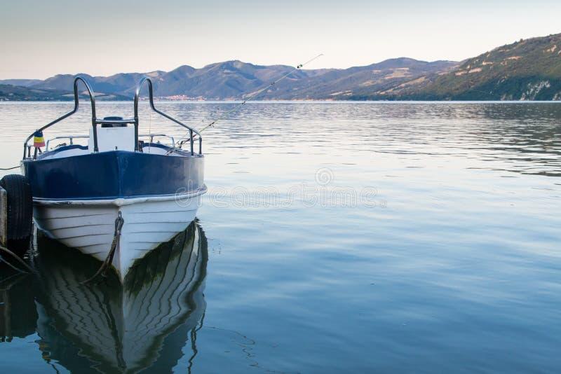 Barco de pesca na costa do rio foto de stock royalty free