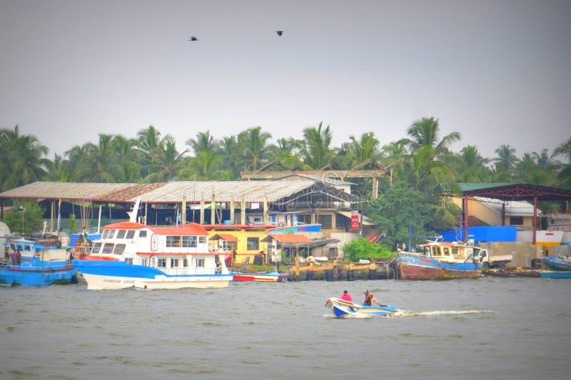Barco de pesca na lagoa ao mar fotos de stock royalty free