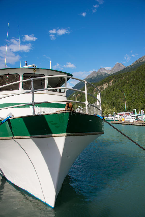Barco de pesca na passagem de Skagway, Alaska foto de stock