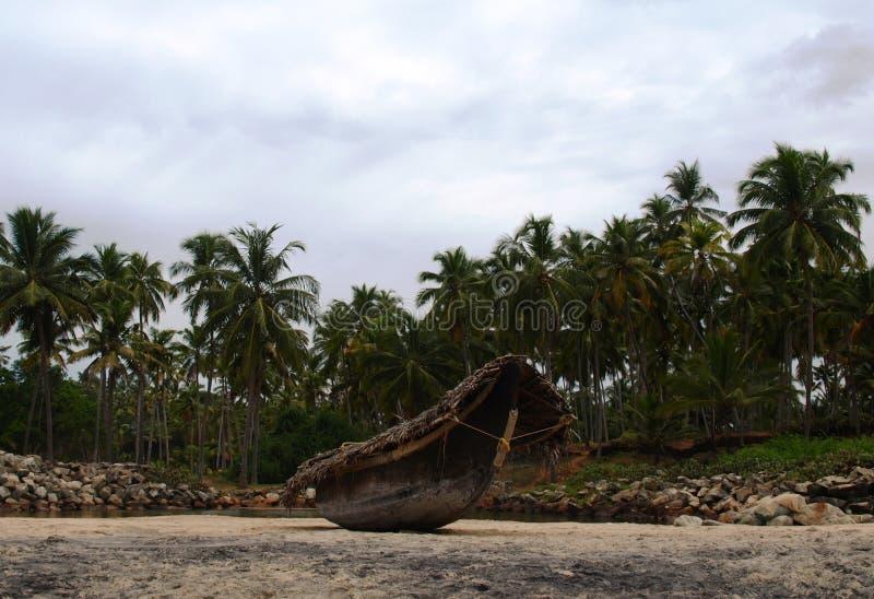 Barco de pesca na praia foto de stock
