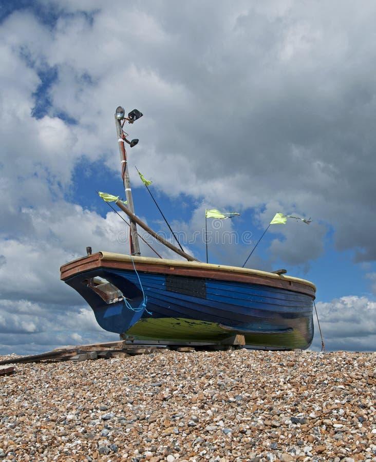 Barco de pesca na praia imagens de stock royalty free