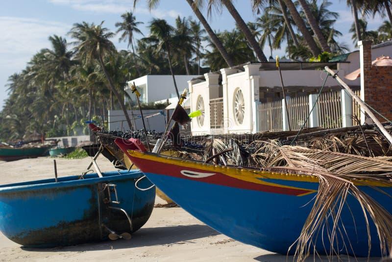 Barco de pesca na praia imagens de stock