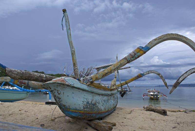Barco de pesca na praia de Padangbai em Bali - Indonésia foto de stock