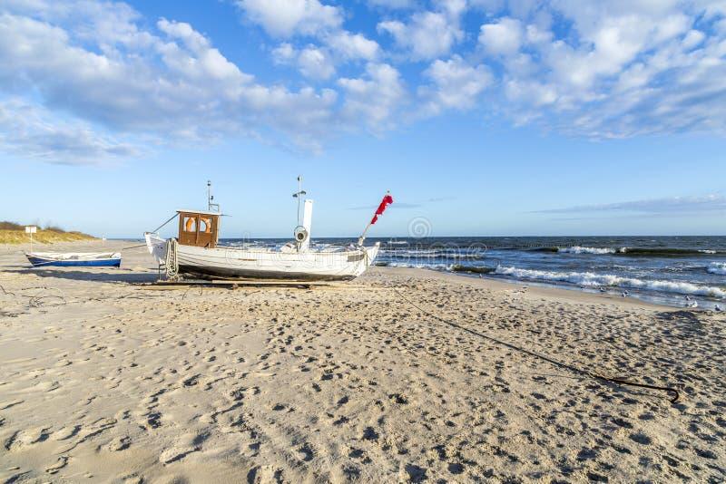 Barco de pesca na praia em Usedom fotografia de stock royalty free