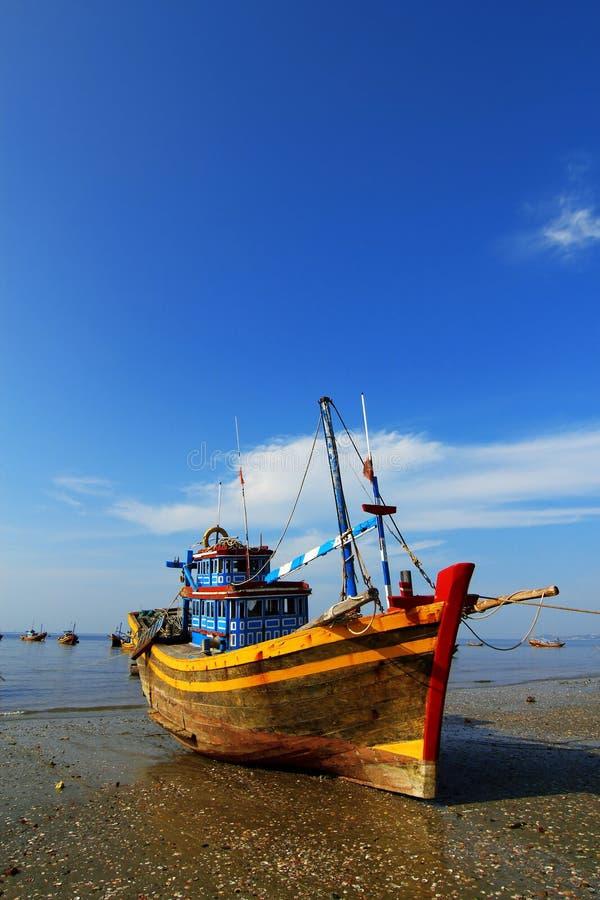 Barco de pesca na praia em Vietnam fotos de stock royalty free