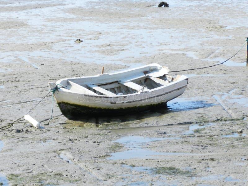 Barco de pesca na praia seca foto de stock royalty free