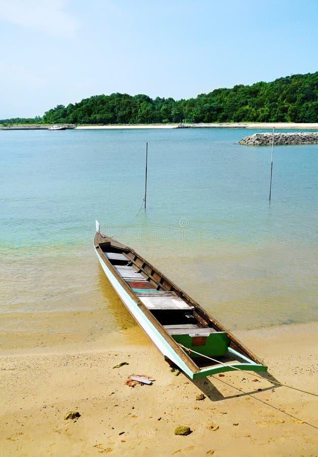 Barco de pesca na praia tropical do console imagem de stock