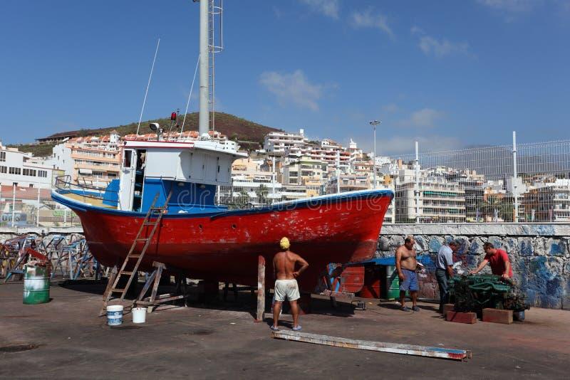 Barco de pesca no drydock foto de stock royalty free