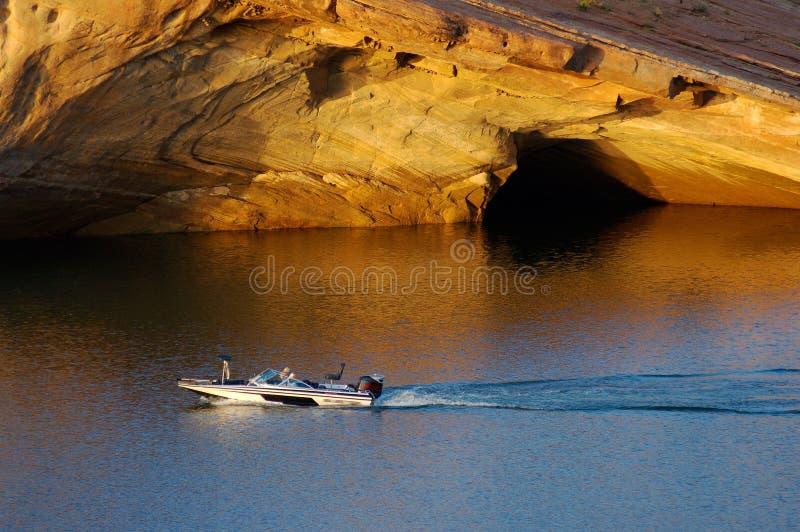Barco de pesca no lago imagens de stock