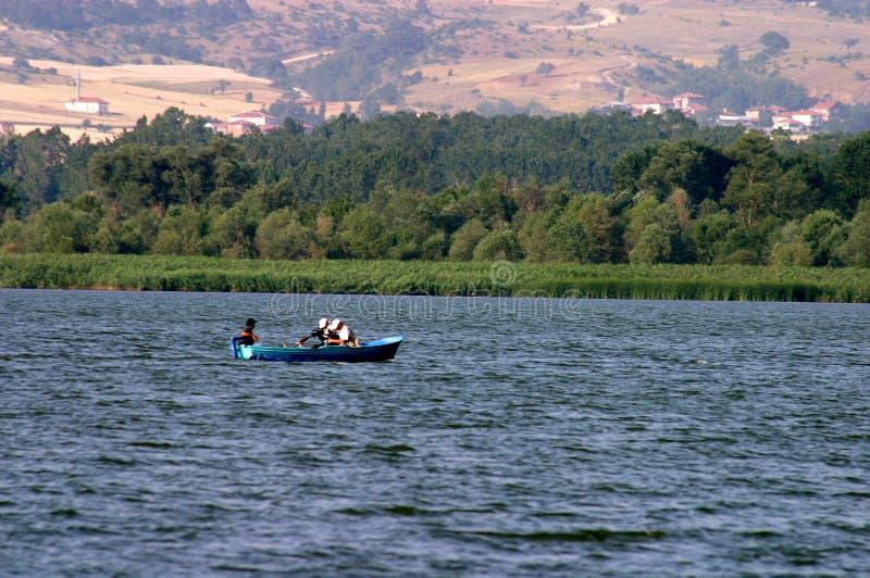 Barco de pesca no lago foto de stock