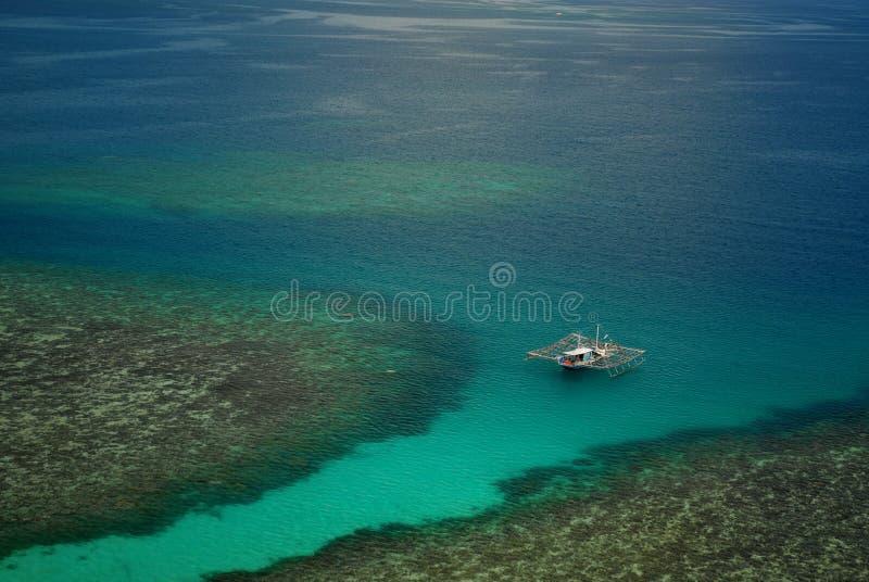 Barco de pesca no mar imagens de stock royalty free