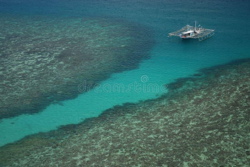 Barco de pesca no mar imagem de stock royalty free