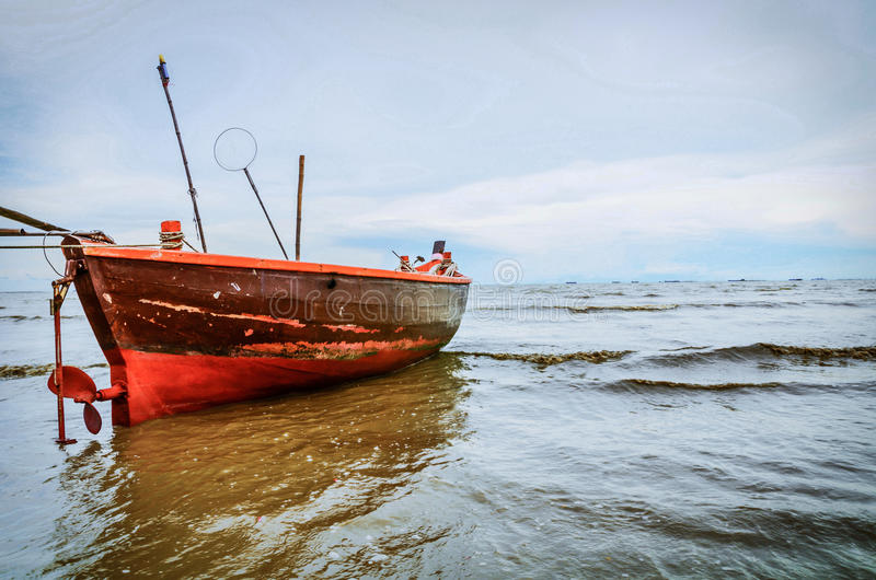 Barco de pesca no mar fotos de stock royalty free