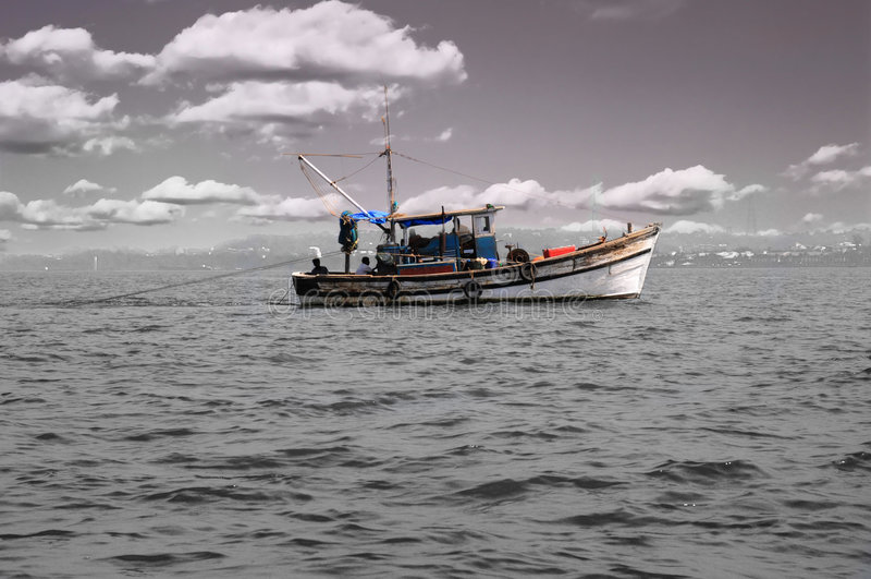 Barco de pesca no mar foto de stock