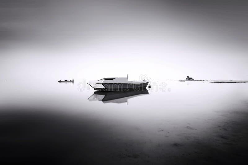 Barco de pesca no mar da névoa imagem de stock