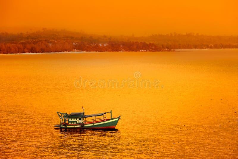 Barco de pesca no por do sol fotografia de stock royalty free