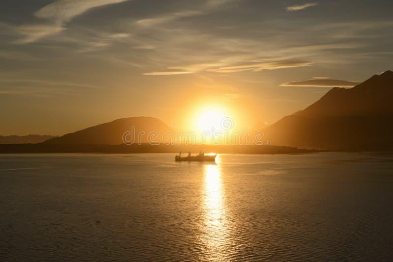 Barco de pesca no por do sol em Ushuaia fotografia de stock royalty free