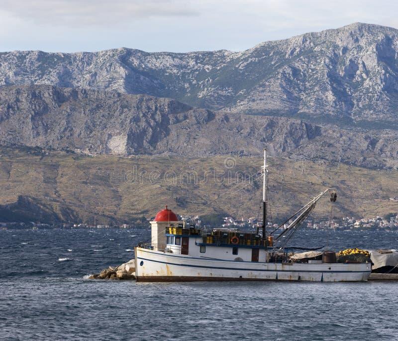 Barco de pesca no porto imagens de stock royalty free