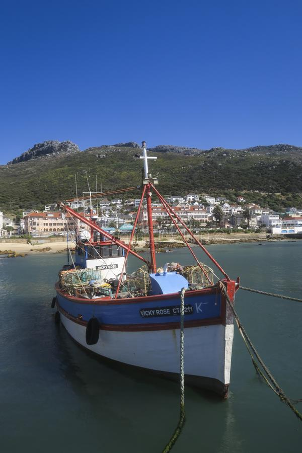 Barco de pesca no porto em Cape Town fotografia de stock