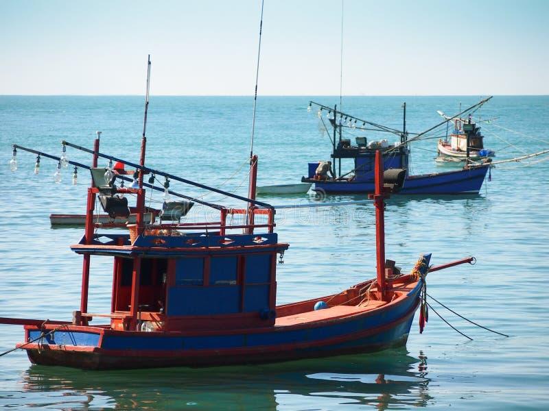 Barco de pesca no porto tailandês foto de stock