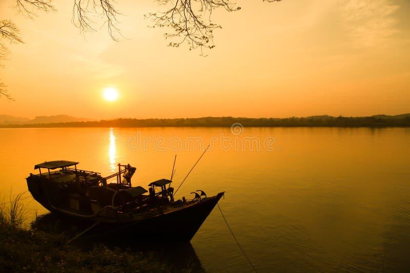 Barco de pesca no rio imagem de stock royalty free