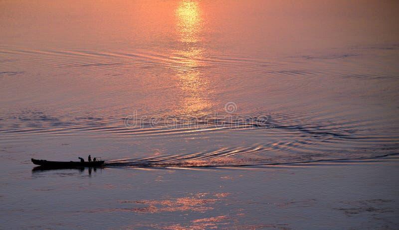 Barco de pesca no rio irrawaddy myanmar no nascer do sol imagens de stock royalty free
