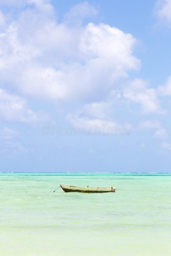 Barco de pesca no Sandy Beach branco perfeito da imagem com o mar do azul de turquesa, Paje, Zanzibar, Tanz?nia imagens de stock royalty free