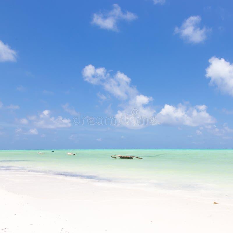 Barco de pesca no Sandy Beach branco perfeito da imagem com o mar do azul de turquesa, Paje, Zanzibar, Tanz?nia fotos de stock