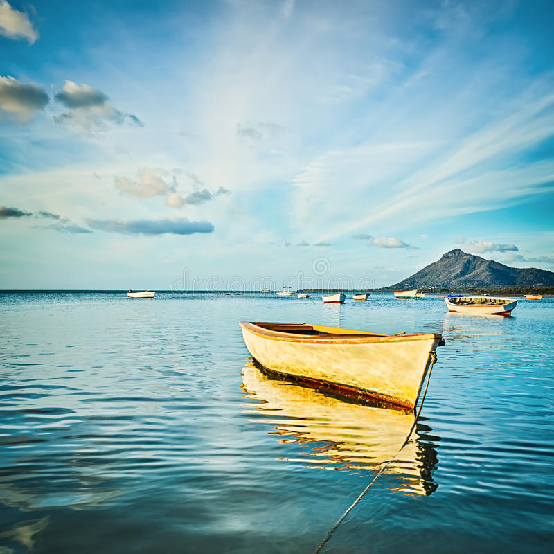 Barco de pesca no tempo do por do sol foto de stock royalty free